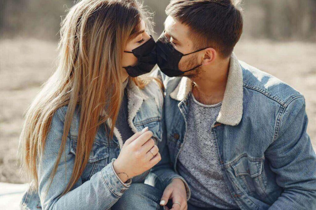 זוג מתנשק בתקופת הקורונה